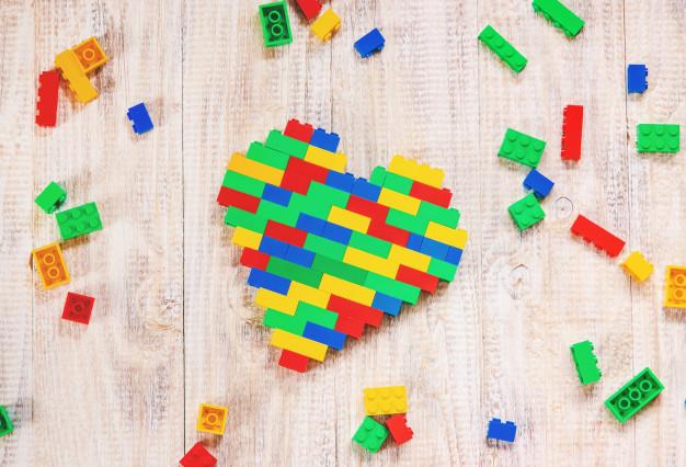 construye-corazon-diseno-lego-fondo-selectivo_73944-6902